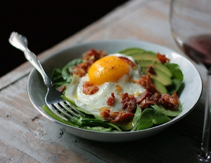 spinach-avocado-salad-bacon-egg-bowl