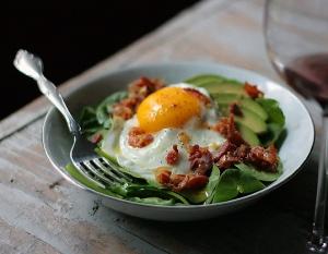spinach-avocado-salad-bacon-egg-bowl